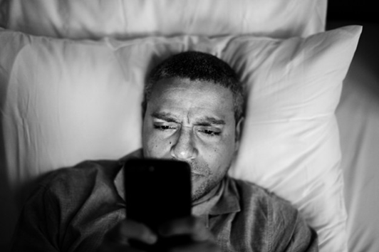 Personne regardant le téléphone au lit - Sleepzen
