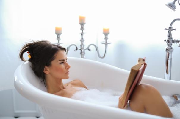 Femme dans le bain lisant un livre - Sleepzen