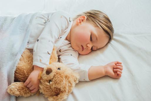 Bébé qui dort sans oreiller - Sleepzen
